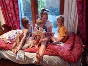Eloisa and kids reading